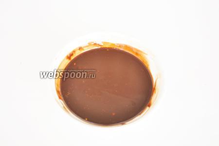 Приготовим тесто для торта. Масло растопить с шоколадом на паровой бане. Добавить коньяк или ром.