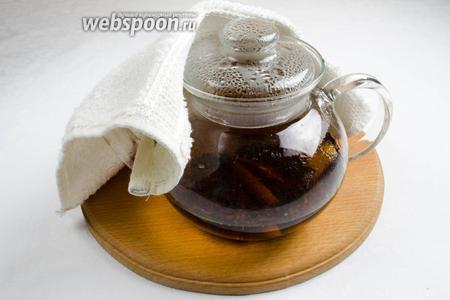 Вскипятить воду и заварить чай с двумя палочками корицы.