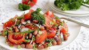 Фото рецепта Салат с помидорами и фасолью