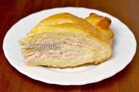 Пирог получается с слегка кисленькими, похожими по вкусу на зефир, прослойками, мякиш мягкий, а корочка тонкая и хрупкая.