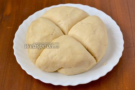 Заранее приготовленное тесто достаём из холодильника, согреваем в течение 30 минут, делим пополам на 2 пирога. Далее работаем с одной половиной. Ее нужно разделить на 4 равные части, и пусть они ещё полежат под салфеткой, пока готовится масса для прослойки.