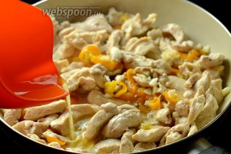 Кладём мелко порубленный чеснок и вливаем выжатый из апельсина сок, тушим ещё 5 минут.