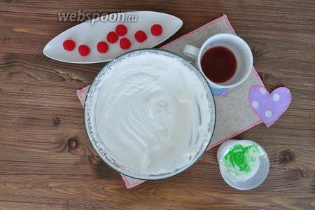 Взбить сливки со сгущённым молоком до мягких пиков и отделить 2 столовые ложки для листиков. Добавить в эту часть зелёный гелевый краситель на кончике зубочистки. Оставшуюся часть смешать с малиновым сиропом. Взбить обе части до плотных пиков на высокой скорости.