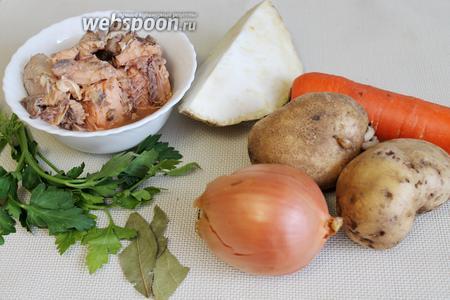 Для супа взять на 1 литр воды такие продукты: банку консервов горбуши, картофель, морковь, лук, сельдерей, петрушку и лавровый лист, соль по вкусу.