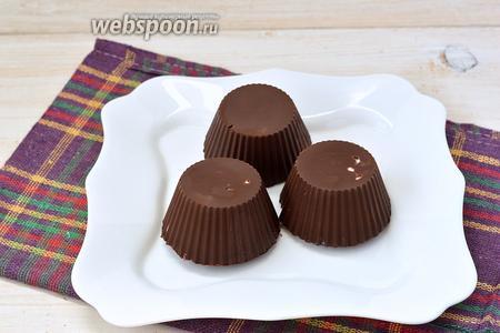 Перед подачей снять силиконовые формочки. Сырки в шоколаде готовы.