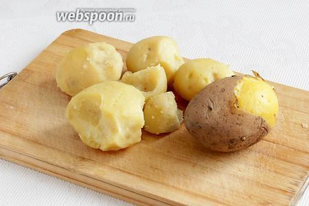 Отваренный картофель очистить от кожицы. Картофель для таких пирожков нужно обязательно отваривать в кожуре, чтобы сохранить крахмал и витамины.