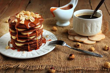Шоколадно-ржаные блинчики с карамельным соусом