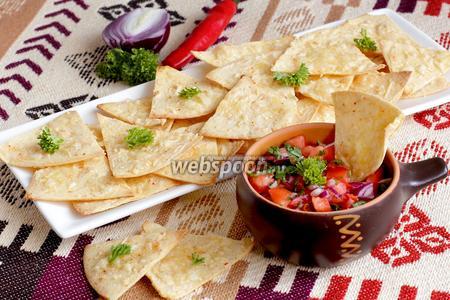 Кукурузные чипсы с соусом сальса из помидоров