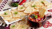 Фото рецепта Кукурузные чипсы с соусом сальса из помидоров