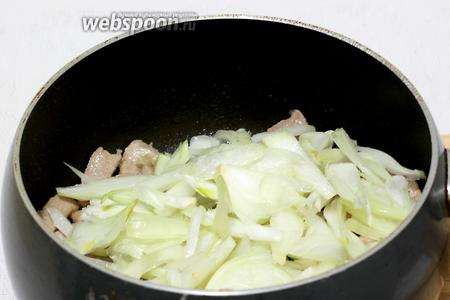 Затем добавить лук и жарить всё вместе на маленьком огне до мягкости лука.