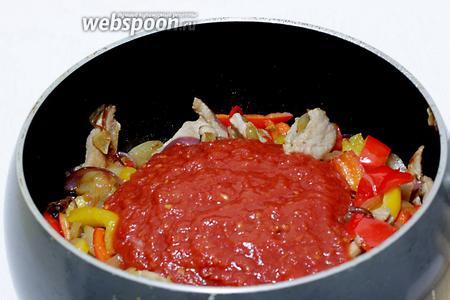 Через 15 минут пришла очередь добавить помидоры в собственном соку и сахар.  Добавить 3/4 стакана жидкости, это может быть бульон или просто кипячёная вода. Тушить всё вместе 5-7 минут.
