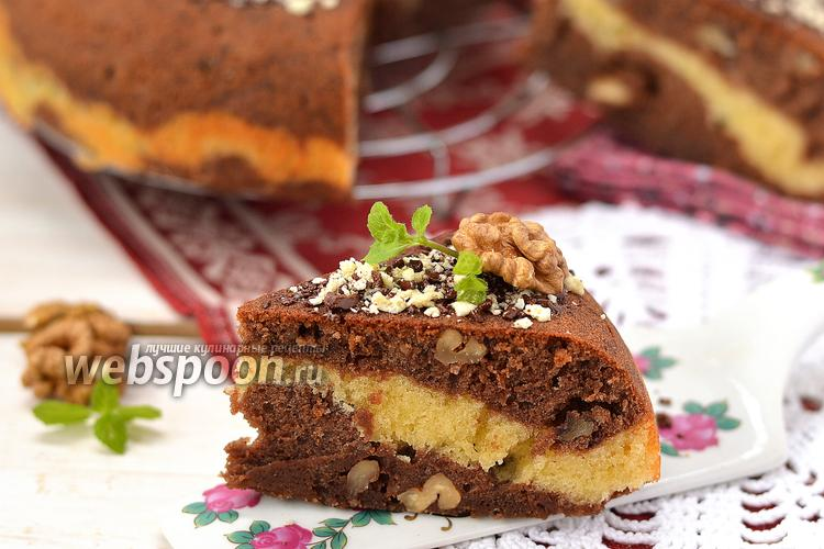 Фото Шоколадно-ванильный пирог с орехами в мультиварке