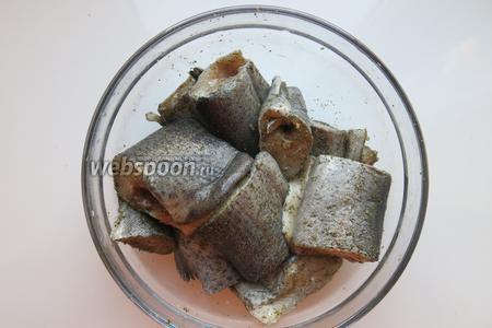 Пересыпаем куски рыбы зеленью и перцем, солью и оставляем мариноваться.