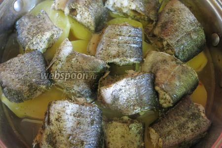 Подаём рыбу с картофелем, зеленью и лимоном. Жидкость, если не выпарилась, не выливаем, будет очень вкусное желе.
