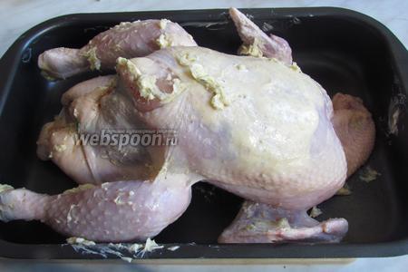 Кладём курицу опять на спинку и обмазываем снаружи маслом со специями. Начинку я закрепила снаружи зубочисткой, можно просто связать ножки курицы. Духовку предварительно разогреть до 250°C, решётку ставим на средний уровень. Курицу положить на противень, под курицу можно положить овощи, они пропитаются ароматом и соком курицы. Поставить курицу в духовку на 30 минут, для образования корочки и подрумянивания. Затем снизить температуру до 190°C и выпекать ещё около 1 часа до полного приготовления курицы.