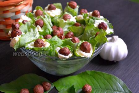 Закуска с плавленым сыром в листьях салата