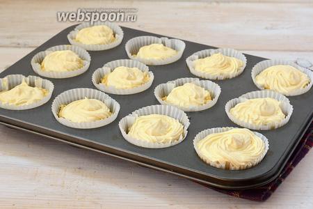 Выложить творожный крем на творожное тесто. Для этого можно воспользоваться кулинарным шприцом или просто выложить крем с помощью ложки.  Выпекать 25 минут при 190 ºC.
