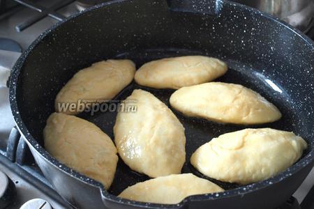 Разогреть в сковороде масло и выкладывать манники в сковороду. Обжаривать с двух сторон.