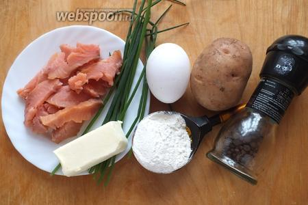 Подготовьте необходимые ингредиенты: картофель, копчёного лосося (филе), сливочное масло, яйцо, зелёный лук (у меня шнитт), соль, перец, муку перемешанную с разрыхлителем.