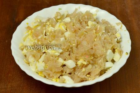 Готовую капусту смешиваем с мелко нарезанным яйцом.