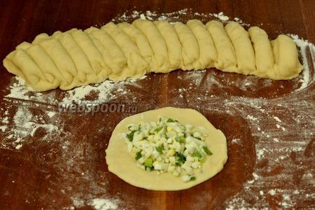 Скатываем тесто в валик, делим на части. У меня получилось по 16 пирожков каждого вида. Раскатываем каждый кусочек очень тоненько, а начинки кладём много.