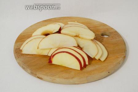 Одновременно режем яблоки на половинки, удаляем сердцевину и нарезаем полукольцами толщиной 2 мм.