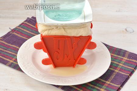 Завернуть марлю наверх. Сверху выложить груз в виде банки с водой на блюдечке. Отправить в холодильник минимум на 12 часов. Жидкость, которая образовывается, периодически сливать.