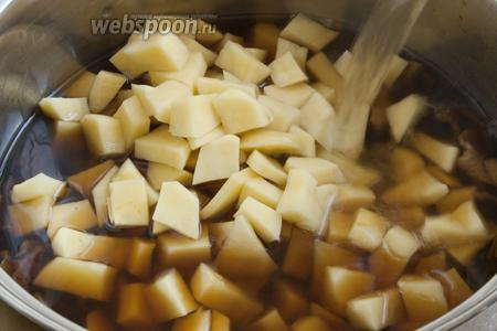 Добавить кипяток почти до края кастрюли, но так, чтобы ещё «поместились» перловая крупа и зажарка. Довести до кипения и варить 10 минут.