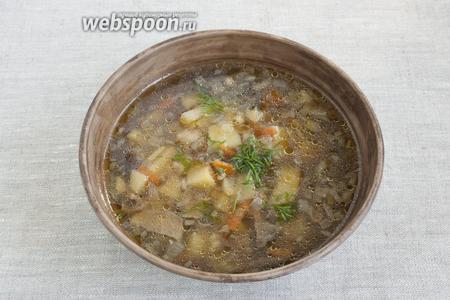 Подавать крупеню в горячем виде, добавив свежую зелень по вкусу.