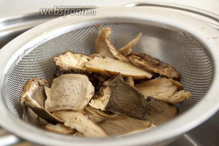 Распаренные белые грибы откинуть на ситечко. Оставшуюся жидкость не выливать.