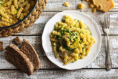 Сливочная паста с кабачком и зелёным горошком