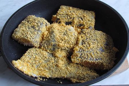 Выложить рыбу на предварительно разогретую сковороду с маслом, посолить и поперчить.