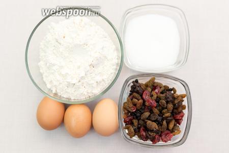 Для приготовления нам понадобятся: чай, сахар, соль, яйца, мука, разрыхлитель, корица, имбирь, вяленые фрукты (у меня смесь).