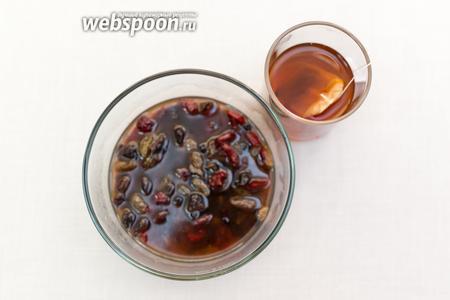 Заварим чай. Он должен быть очень крепким. Горячим чаем зальём фрукты и оставим на полчаса.