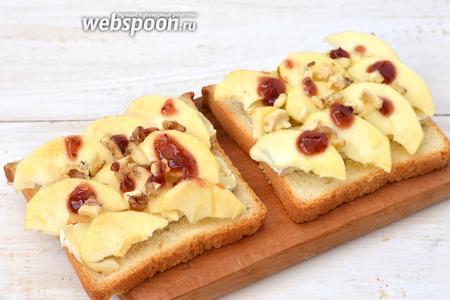 Посыпать порезанными орехами и смазать небольшим количеством малинового варенья.