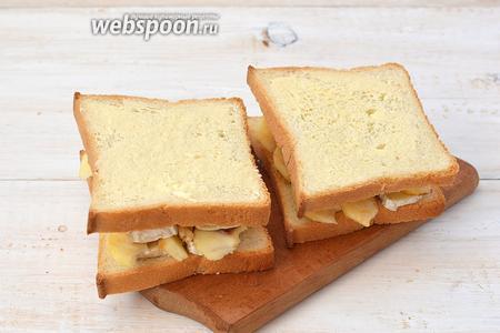 На яблоки выложить ещё по две полоски камамбера и накрыть вторым кусочком хлеба (стороной, которая смазана маслом вверх).