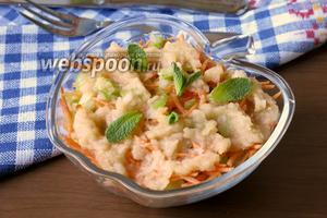 Салат из моркови и сельдерея с топпингом из яблок