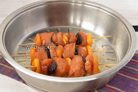Обжарить на сковороде на подсолнечном масле со всех сторон до готовности.