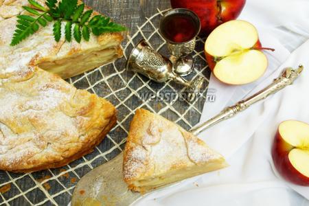Слоёный пирог с хмельными яблоками
