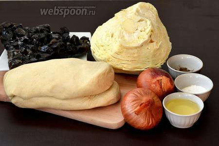 Для приготовления вареников нам понадобится  тесто на сыворотке , лук, капуста белокочанная, грибы лесные замороженные, соль, перец, подсолнечное масло.