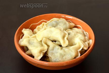 Вытянуть вареники и полить душистым растительным или растопленным сливочным маслом. Подавать вареники горячими.