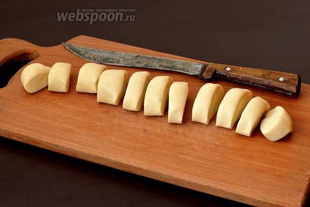 Тесто скатать жгутом диаметром 3 см и порезать на кусочки.