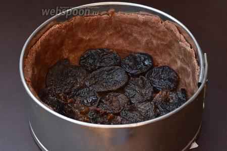 На дно формы с тестом выложить чернослив без жидкости.