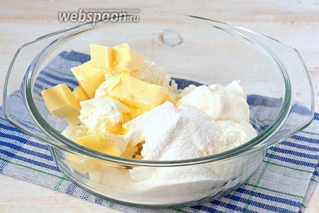 Соединить масло комнатной температуры, творог, сметану (2 столовых ложки) и сахарную пудру.