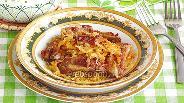 Фото рецепта Тушёная квашеная капуста со свиными рёбрышками в горшочках