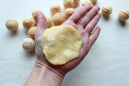 Из крема «Рафаэлло», скатать шарик, расплюснуть. Вставить вафельный шарик, скатать.