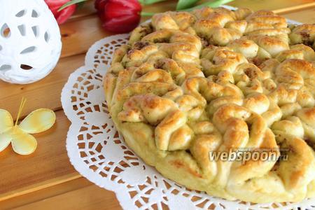 Пирог с соусом песто и колбасой