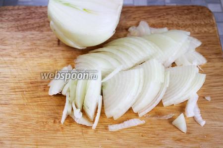 Замариновать лук: большую луковицу нарезать тонкими четвертькольцами.