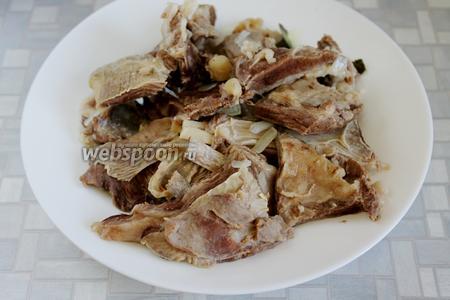 Из бульона вынуть мясо, чуть остудить его и отделить косточки и плёнки, разобрать на волокна (не мелко) или порезать на кусочки.