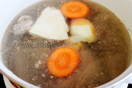 Как закипит, снять пену и добавить коренья кусками, можно их припечь на сухой сковороде или плите. Варить около 3 часов.